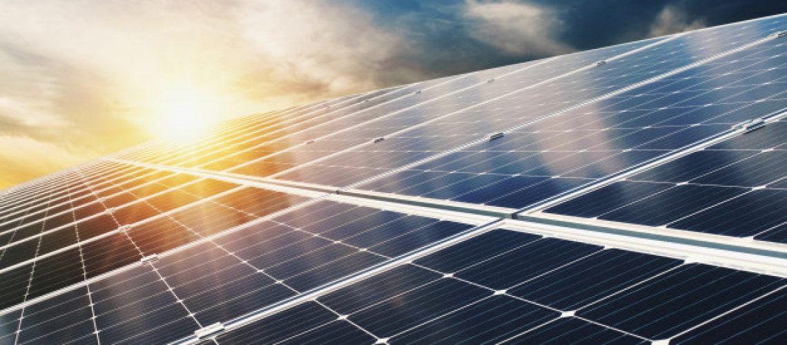 painel-solar-com-ceu-azul-e-por-do-sol-energia-limpa-conceito-alternativa-eletrica-poder-na-natureza_34152-1985